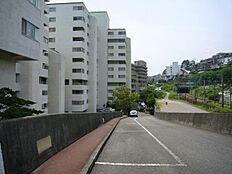 マンションは国道沿いに位置してバス停は徒歩1分です。お車の方は駐車場は無料です。