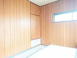 リフォーム中写真12/6撮影2階東側6帖洋室 壁・天井クロス張替、床張り替え、照明器具交換します。2面の窓からはあたたかな陽射しと心地いい風を確保。明るく気持ちのいい室内にします。