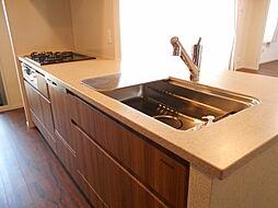 食器洗浄乾燥機付キッチン。シンクに水が当たる際の音を軽減した、静音シンクが採用されています。