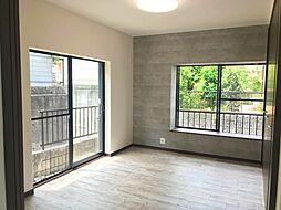 2階の洋室です緑の見える明るいお部屋です