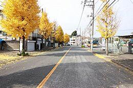 前面道路はゆとりの約14m。歩道もあり、お子様にも安心です。