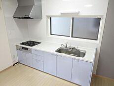リフォーム済。システムキッチンはサンウェーブ製、幅2550mmが設置されております。水栓金具、ガスコンロ交換し、きれいにクリーニングしました。