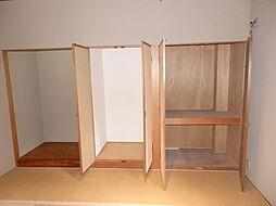 布団がすっきりと収納できる奥行きを確保。大きな衣装ケース等も入れられます。