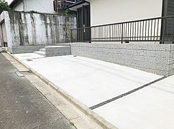 駐車スペースは並列2台と横付け1台で計3台駐車可能です。(2)