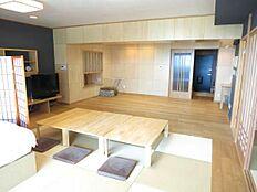 バルコニー側からのリビングルームはご覧のように木の温もりを感じる室内に仕上げられております。