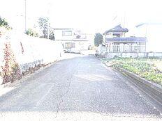 東側幅員約6mの前面道路です。