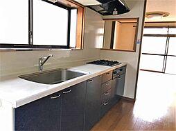 窓から明るい光の入る、キッチンです壁付けキッチンは吊戸棚があって収納力豊富です