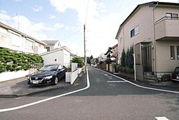 車通りが非常に少ない道路ですので小さなお子様がいらっしゃるご家族にも安心の出来る立地です