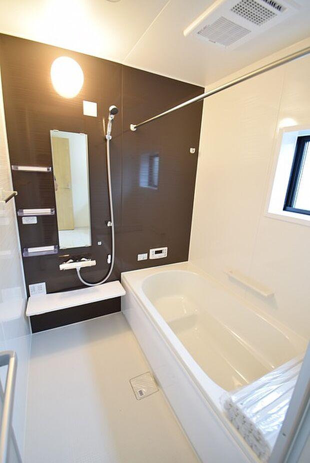 1坪タイプのユニットバスでゆったりご家族で楽しめるバスタイム!雨の日も洗濯物を干せる浴室暖房乾燥機の暖房機能で寒い時期にも快適に入浴できます。