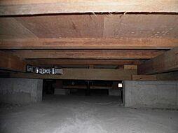 住宅に瑕疵(雨漏り、構造部分の欠陥や腐食など)があった場合は、は弊社が引き渡しから2年間保証します。その前提で床下まで確認の上でリフォームし、シロアリの被害調査と防除工事もおこなっています。