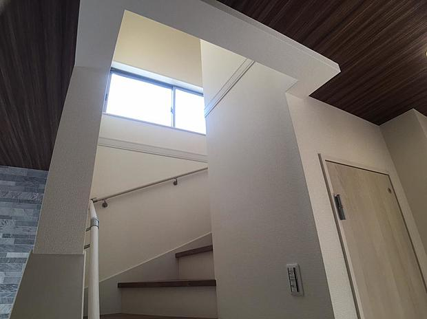 窓から階段に差し込む光!