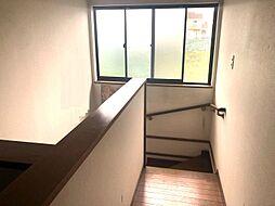 階段には大きなあるのでお家全体が明るくなりますね