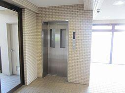 マンション内に、エレベーターが1台あります。お部屋のある11階まで楽に上ることができますね。