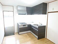 リフォーム済写真Housetec(ハウステック)製のシステムキッチンに交換しました。新品のキッチンで、毎日の家事も楽しみに変わりそうですね。(10月27日撮影)