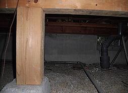 住宅に瑕疵(雨漏り、構造部分の欠陥や腐食など)があった場合は、弊社が引き渡しから2年間保証します その前提で床下まで確認の上でリフォームし、シロアリの被害調査と防除工事もおこないます