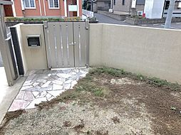 エントランスから玄関までのスペースも小さなお庭としてご活用ください