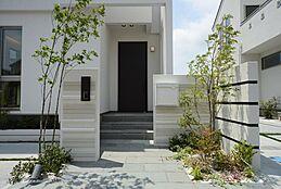 住まいの第一印象を大切にした玄関。より一層の拘りを持ってデザインしました。理想の住まいに欠かせないエクステリアは住まいの存在感を高めます。(建物プラン例/建物価格1755万円、建物面積89.26m2)