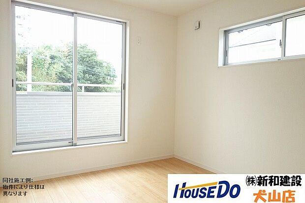 南側に設けられた大きな窓により、お部屋をさらに広く開放的に感じられます。整然としたゆとりある空間で過ごすことで自然と心にも余裕ができ、それは充実した生活へとつながります。