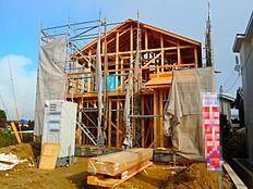 南西角地、土地面積60.67坪の物件です。上棟しましたので構造部分をご覧頂けます。(2017年11月初旬撮影)