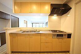 白を基調とした明るく清潔感のあふれるキッチン