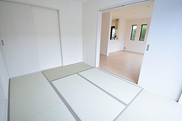 1階6帖和室。リビング隣接の和室は開放すればリビングとつながる広々とした寛ぎスペースに。お子様の遊び場やお昼寝、来客用の寝室にと多様な用途で使えます。