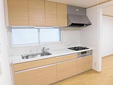 リフォーム済キッチンはLIXIL製の新しいシステムキッチンを設置しました。ワークトップは人工大理石を使用しているので、お手入れが楽々です。