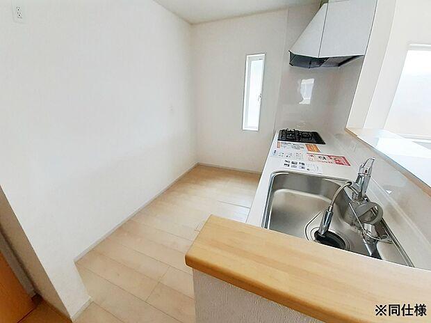 ※同仕様奥行きのあるキッチンスペースは冷蔵庫や食器棚を置いてもゆったりした空間。カウンターキッチンでお料理を楽しめます。