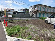 南浅川北側の丘陵地帯にある住宅街。戸建てやマンションが建ち並ぶ閑静な場所です。広々とした4LDKの参考プランあり。