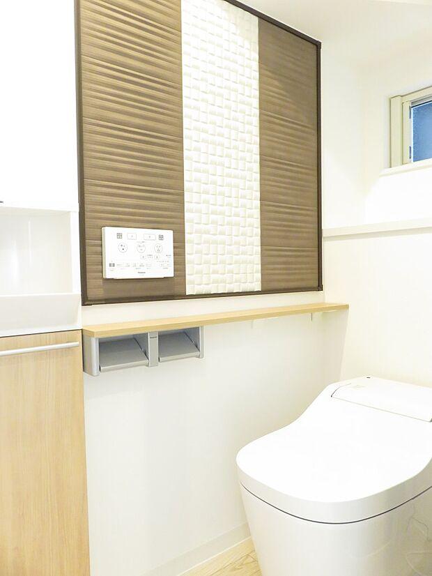 同施工例:イメージ写真(実際とは異なります) トイレの形や色などはショールームで現物を確認しながら決めて頂けます。 自動洗浄機能付き、節水機能に優れたトイレです♪