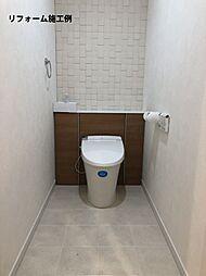 リフォーム施工例:月々915円(総額320000円、金利1.075%35年)のリフォームで1ランク上の新品のトイレに。掃除しにくいタンク周りをキャビネットに隠しました。