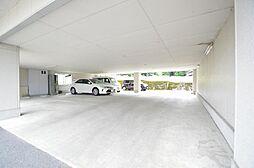 屋根付き駐車場も有り。敷地面積200坪超。
