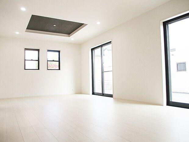 【同社施工例】折り上げ天井あり!明るく開放感のあるLDK
