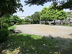東玉川学園化石谷公園には、走り回れる広場と木製の大きな複合遊具があります。