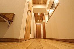 フローリング・建具の他に廊下の天井にも無垢材を化粧張りしており、どこにいても木材の温かみを感じられる設計となっております。