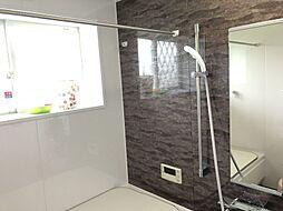 シックな模様がついた壁でお洒落な浴室を演出しています
