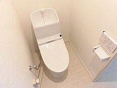 リフォーム後/トイレTOTOの洗浄機付き便座に交換し、ペッパーホルダーも合わせて新調致しました。清潔感のあるトイレに生まれ変わりました。