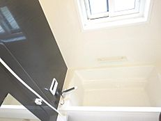 リフォーム後の浴室の画像です。ハウステック製の1坪タイプのユニットバスに交換しました。ゆったりバスタイムをくつろげますね。