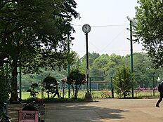 羽根木公園に隣接しており、開放感のある物件でございます。