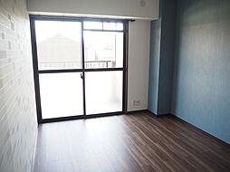 洋室 6.4帖の洋室収納スペースが充実しています