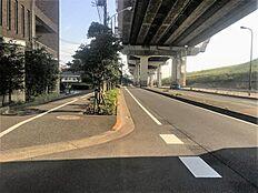大きな公道に面していることもあり、歩道もしっかり整備されています。
