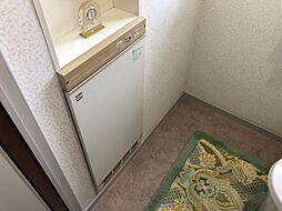 トイレの中にも暖房がついていて寒い冬には床からの冷え込みを防ぎ足先から温めてくれます