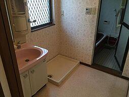 大きめの窓で明るい洗面室。朝の身支度やお洗濯が気持ちよくできそう