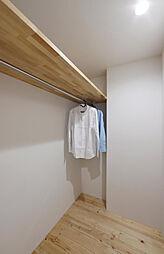 南側の洋室にウォークインクローゼットで収納力もしっかり、開閉がないので両手で服も掛けられますよ。