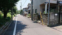物件から南方向の道路です。目の前には、田無工業高等学校があります。