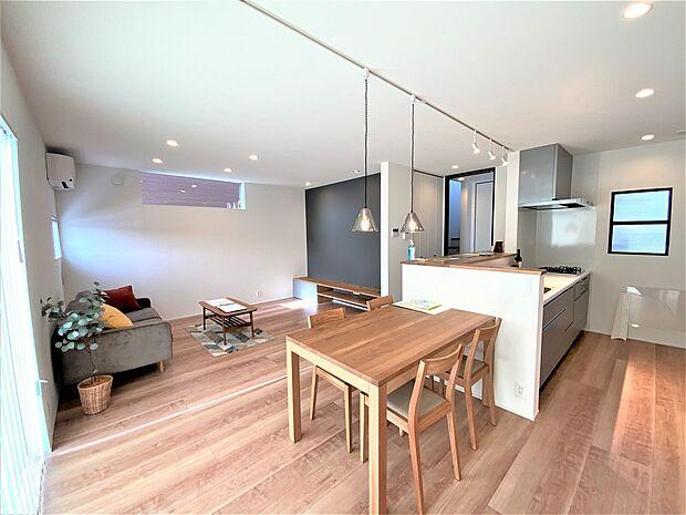 オープンでのびやかな空間を生み出す、こだわりの広がりとゆとり。家族と過ごす時間を大切にしたい方にぴったりの明るくゆとりある住空間です。