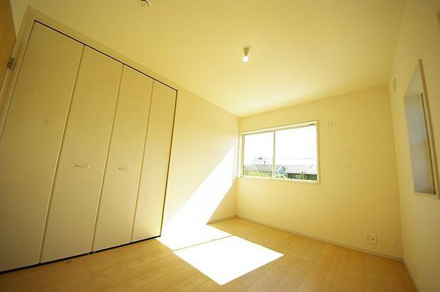 ゆったりとした洋室は窓も大きくなくプライバシーも守れます。このお部屋は日当たりもよく、広さとしても子供部屋などにうってつけです。同社施工物件になります。完成物件と異なる場合がございます。