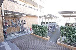 屋根付き駐輪所は雨に濡れず、自転車も長持ちしますね。