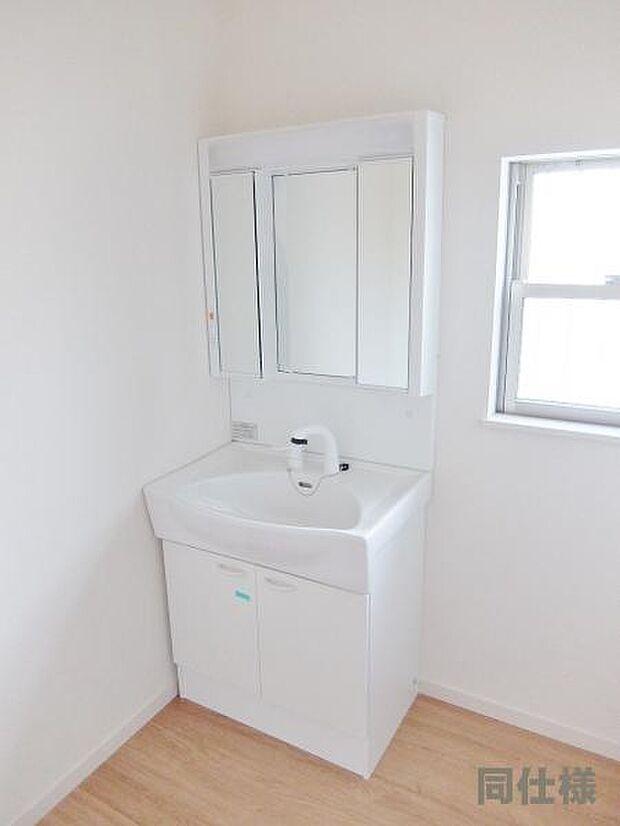 1号棟同仕様:洗面化粧台 洗面からお化粧まで忙しい朝の準備にぴったりな洗髪洗面化粧台付き