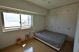 こちらがもう一つの洋室です。洋室の壁はパーテーションになっていますので、取り外しが可能です。