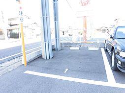 駐車場は敷地内に1台分あり、道路から入ってすぐの1番が駐車スペースとなっています。